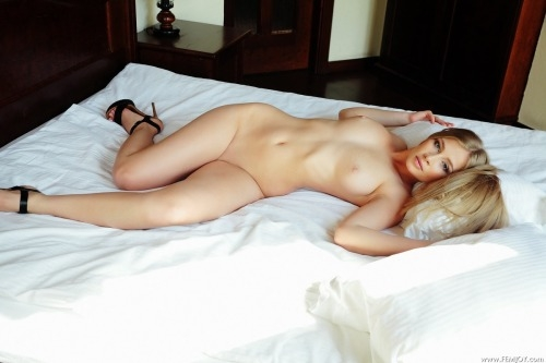 Фото голые лежат постели